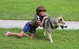 Menino e cão Imagens de Stock