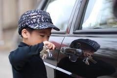 Menino e carro Fotos de Stock Royalty Free
