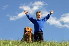 Menino e cão no céu Fotografia de Stock Royalty Free