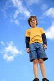 Menino e céu azul Foto de Stock