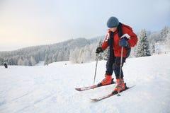Menino e esqui Fotos de Stock Royalty Free
