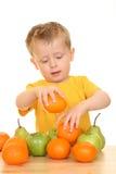 Menino e frutas imagem de stock royalty free