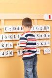 Menino e letras Fotos de Stock