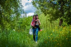 Menino e mãe na grama verde Fotos de Stock Royalty Free