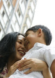 Menino e matriz que abraçam e que sorriem foto de stock