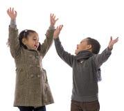Menino e menina alegres Fotos de Stock