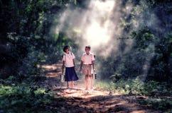 Menino e menina asiáticos pequenos do estudante Imagem de Stock