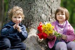Menino e menina bonitos pequenos na tâmara Fotografia de Stock Royalty Free