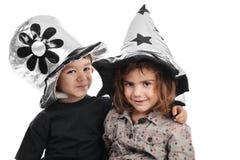 Menino e menina com chapéus agradáveis foto de stock royalty free