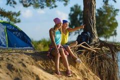 Menino e menina com olhares na distância Aventura, curso, conceito do turismo imagem de stock royalty free