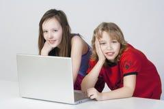 Menino e menina com portátil fotos de stock royalty free