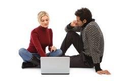 Menino e menina com portátil Fotografia de Stock