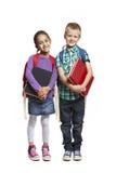 Menino e menina de escola com os packpacks que prendem livros Fotos de Stock Royalty Free