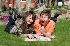 Menino e menina de sorriso Fotografia de Stock Royalty Free