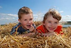 Menino e menina de sorriso ao ar livre Fotos de Stock