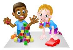 Menino e menina dos desenhos animados que jogam com carro e blocos Fotos de Stock
