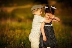 Menino e menina felizes Fotos de Stock Royalty Free