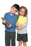 Menino e menina inteligentes com livros Fotografia de Stock Royalty Free