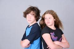 Menino e menina irritados fotografia de stock
