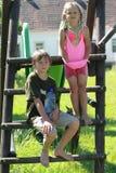 Menino e menina molhados na corrediça imagens de stock
