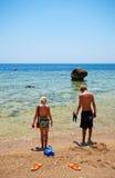Menino e menina na praia Foto de Stock Royalty Free