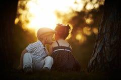 Menino e menina no por do sol fotos de stock royalty free