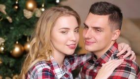 Menino e menina novos dos pares em camisas quadriculado vídeos de arquivo