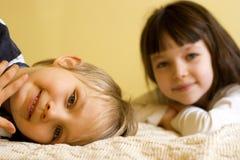 Menino e menina novos em casa Imagem de Stock