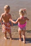 Menino e menina novos na praia Imagens de Stock Royalty Free