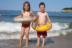 Menino e menina pequenos na praia Fotografia de Stock Royalty Free