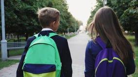 Menino e menina que andam com os sacos de escola filme
