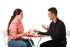 Menino e menina que falam e que comem fotos de stock royalty free