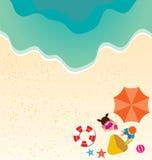 Menino e menina que jogam a areia na praia Imagens de Stock