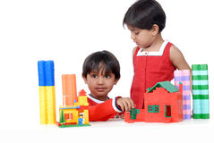 Menino e menina que jogam com blocos Fotografia de Stock Royalty Free