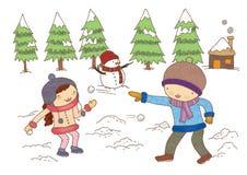Menino e menina que jogam com neve Fotografia de Stock