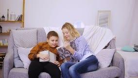 Menino e menina que lêem um livro video estoque