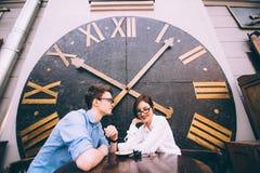 Menino e menina que sentam-se em uma tabela em um café Fotos de Stock Royalty Free