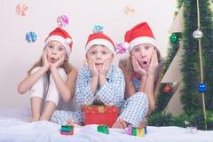 Menino e meninas de sorriso pequenos felizes com chapéu do Natal Fotografia de Stock Royalty Free