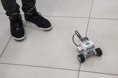 Menino e modelo montado do robô no laboratório da nanotecnologia foto de stock royalty free