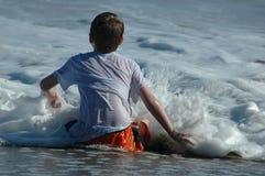 Menino e ondas Fotografia de Stock