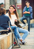 Menino e pares ofendidos de adolescentes distante na rua Fotos de Stock