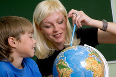 Menino e professor com globo imagens de stock