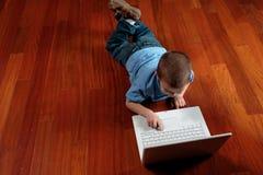 Menino e seu computador Imagens de Stock Royalty Free