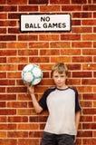 Menino e seu futebol. Imagens de Stock
