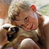 Menino e seu gato Fotos de Stock