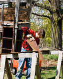 Menino e sua casa de árvore Imagens de Stock