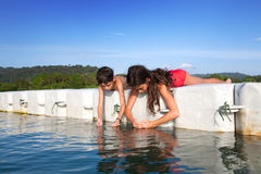 Menino e sua irmã que travam camarões minúsculos quando estavam na plataforma de flutuação na ilha tropical Imagem de Stock Royalty Free