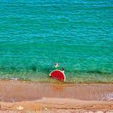 Menino e sua mãe na praia com flutuador inflável imagens de stock royalty free