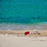 Menino e sua mãe na praia com flutuador inflável fotografia de stock royalty free