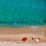 Menino e sua m?e na praia com flutuador infl?vel foto de stock royalty free